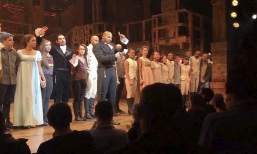 APPELL: Med Mike Pence blant publikum, benyttet ensemblet i «Hamilton» seg av muligheten til å sende en beskjed til visepresidenten fra scenen, ifølge New York Times. Foto: NTB Scanpix