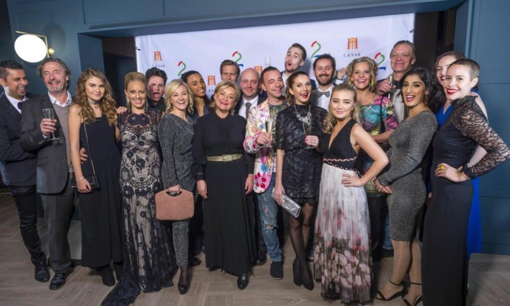 SKUESPILLER-GJENGEN: Under Cæsarfesten denne uken fikk man se både kjente og ukjente skuespillere under deres fellesbilde. Foto: TV 2 <div><br></div>