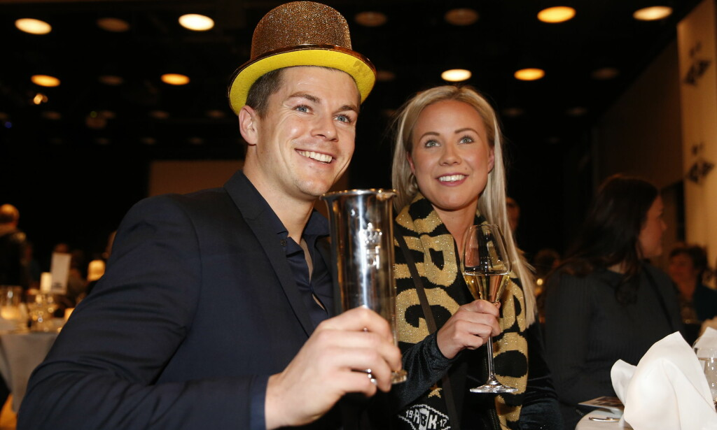 JUBEL: Pål André Helland feirer cupgullet med gullhatt og kjæresten Linn Lyngmo. Foto: Berit Roald / NTB Scanpix