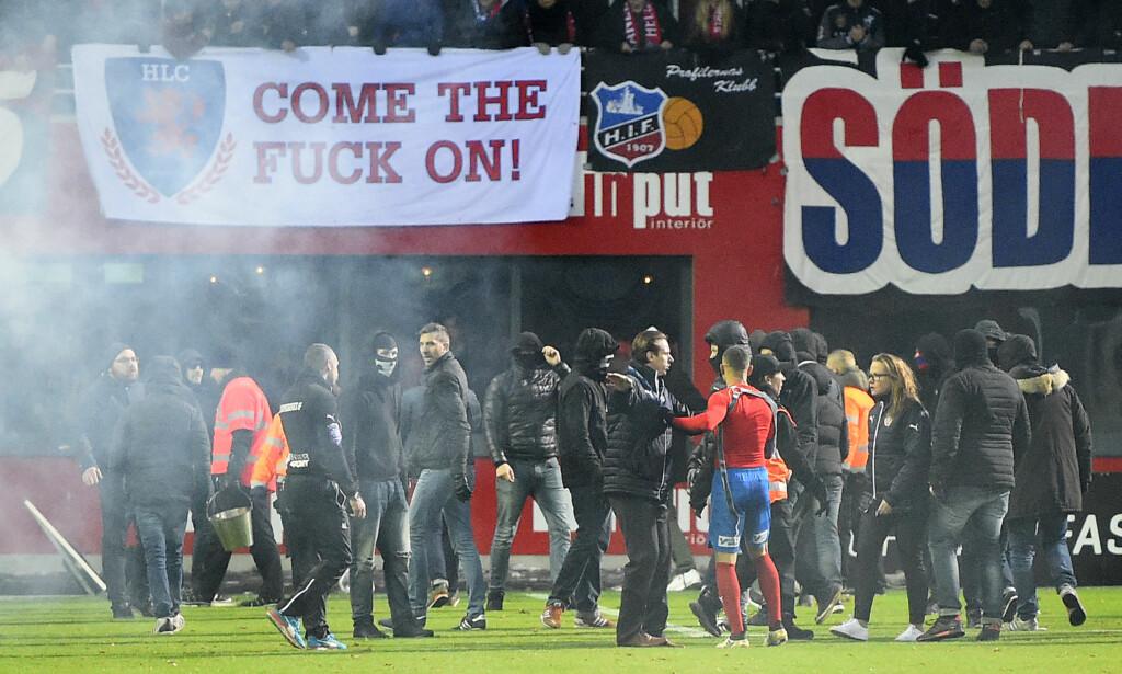 BLE ANGREPET: Jordan Larsson (med rød trøye) skal ha blitt slått av egne supportere etter at Helsingborg rykket ned søndag kveld. Foto: Scanpix