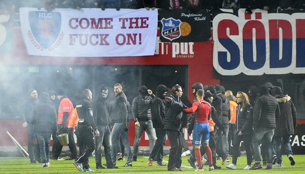 <strong>BLE ANGREPET:</strong> Jordan Larsson (med rød trøye) skal ha blitt slått av egne supportere etter at Helsingborg rykket ned søndag kveld. Foto: Scanpix