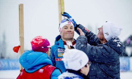 FORNØYD: Emil Iversen smilte langt mer enn kompisen Petter Northug da han ble målt opp og ned av arrangøren. Foto: Bjørn Langsem / Dagbladet