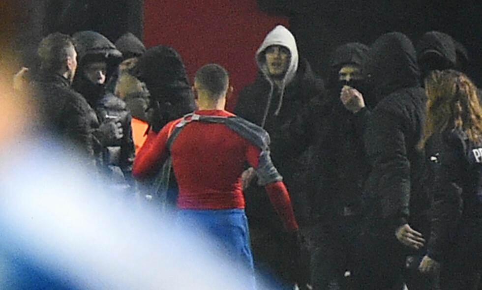ANGREPET: Jordan Larsson blir konfrontert av sitt eget lags supportere etter at nedrykket er et faktum. Nå viser det seg at angrepene kan ha vært nøye planlagt. Foto: Emil Langvad / TT / NTB Scanpix