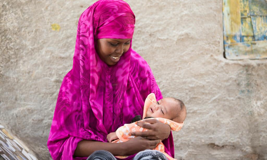FLYKTET FRA VOLD: Khadra måtte slutte på skolen for å gifte seg med en voksen mann som mishandlet henne. Nå lever hun i skjul med datteren Hodan. FOTO: Colin Crowley/Save the Children