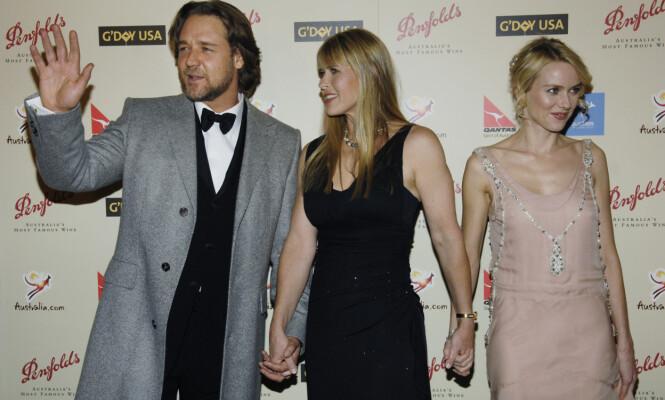 HÅND I HÅND: Her er Russell Crowe, Terri Irwin og Naomi Watts sammen på et event i Los Angeles året etter at Steve Irwin døde. Foto: Scanpix.