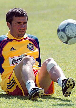 MANAGER: Hagi ble manager etter at han la opp i 2001. Her var han for Romania i 2000 som var hans siste år på landslaget. Foto: EPA PHOTO   EPA/ILIE BUMBAC