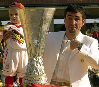 UEFA-CUPEN: Hagi feirer at Galatasaray har vunnet tittelen i Europa i 2000. Foto: Fatih Saribas REUTERS