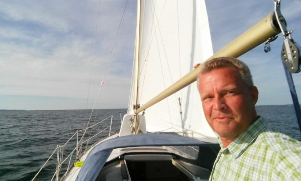 PARTILEDER? Hans Lysglimt Johansen sitter tirsdag kveld og skriver på en pressemelding om det nye partiet Alliansen. Foto: Privat
