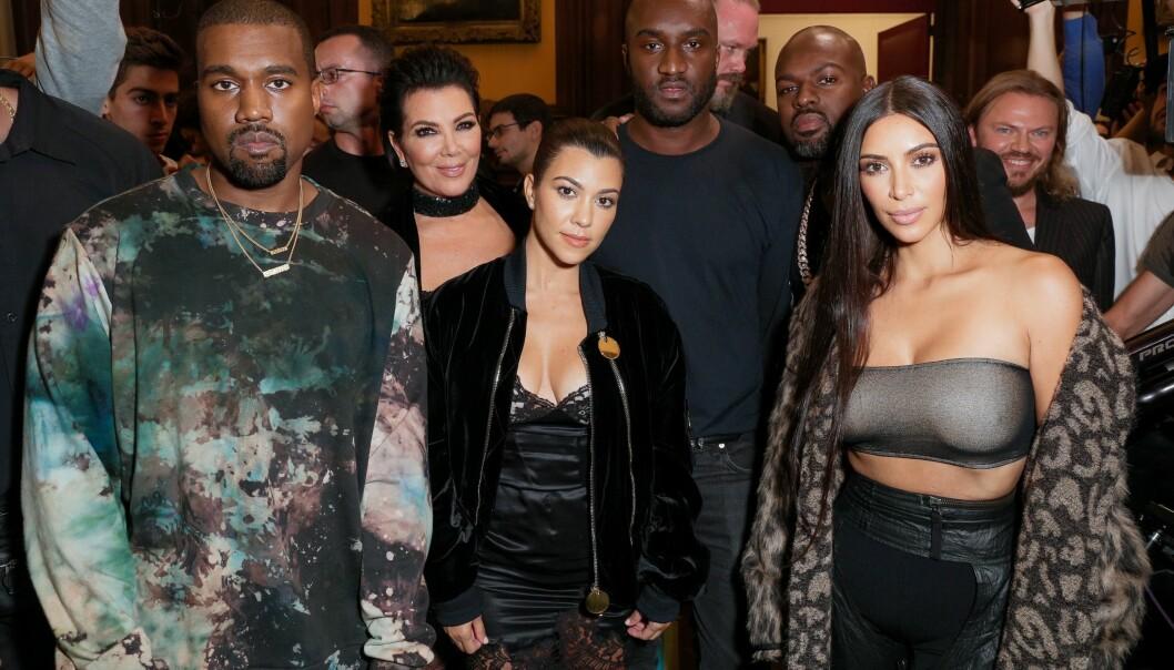 SAMMEN: Kanye West med Kris Jenner, Kourtney Kardashian og Kim Kardashian. FOTO: Scanpix