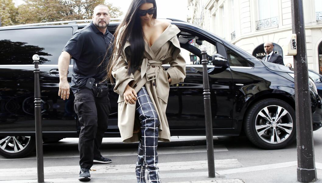 RANET I PARIS: Kim Kardashian ble ranet i Paris og har vært ganske stille siden den gang. Her sammen med sin livvakt Pascal Duvier som fikk sparken etter hendelsen. Foto: Scanpix