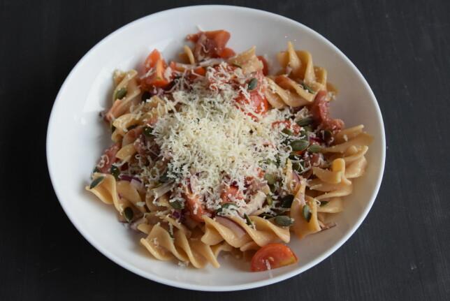 MANDAG: Fullkornspasta med serranoskinke, tomat og basilikumolje.