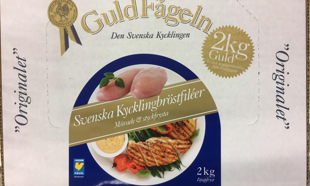 MANGLER MERKING: De to mest populære kyllingproduktene blant nordmenn er GuldFågeln og KronFågeln. Ingen av dem opplyser foran på pakken at kyllingen er sprøytet med vann.Foto: Matkontrollen