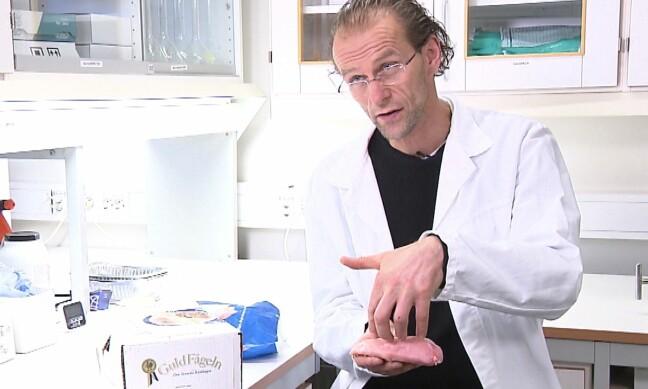 SKEPTISK: Forsker Birger Svihus viser hvordan saltvann pumpes inn i svensk kyllingfilet – og gjør at vekten øker. Produsentene selger da i teorien vann. Foto: Matkontrollen