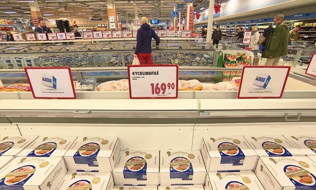 SELGER VANN: Kiloprisen for de frosne kyllingfiletene er langt høyere enn den utgir seg for, fordi kyllingfiletene inneholder bare 87 prosent kylling. Foto: TV 2 Matkontrollen