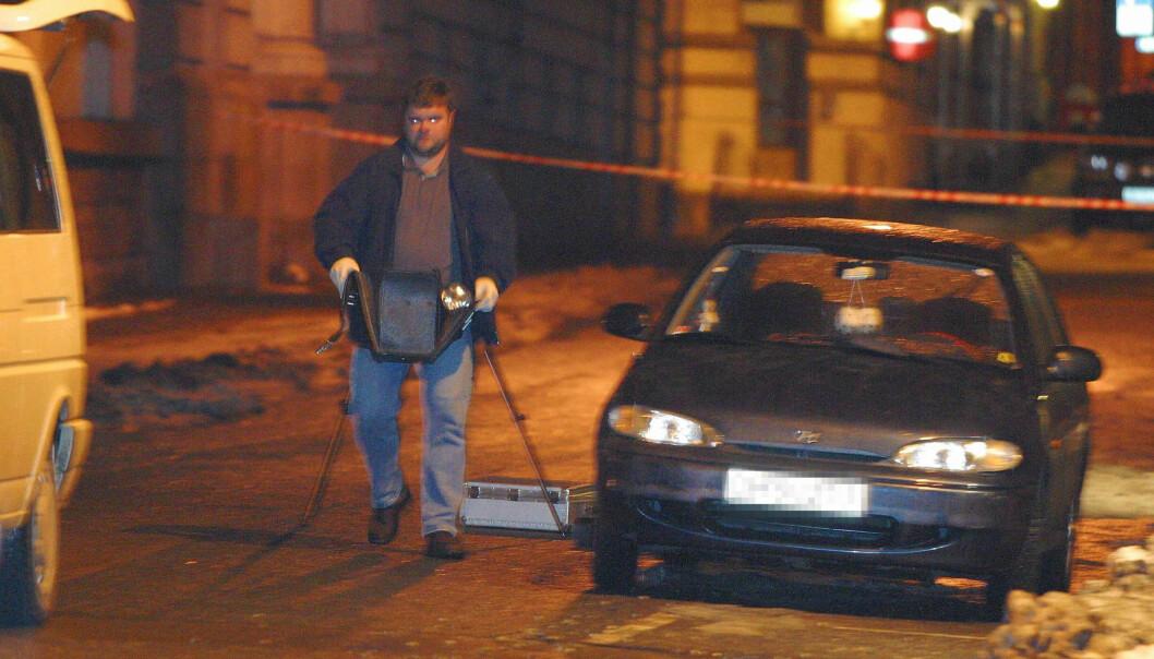 <strong>ÅSTEDET:</strong>. Egil Tostrup Bråten (23) er funnet knivdrept i Nordahl Bruns gate 22 i Oslo natt til 18. november 2002. Mannen ble funnet av en politipatrulje. Her gjør Kripos undersøkelser på åstedet. Foto: Knut Fjeldstad / SCANPIX