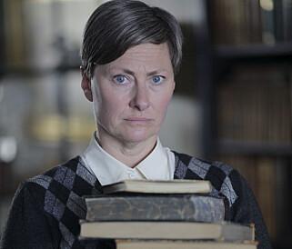 STRENG: Kjersti Elvik har rollen som «Ruth», nabodama som har tatt seg av «Selma» siden foreldrene hennes døde. Foto: NRK