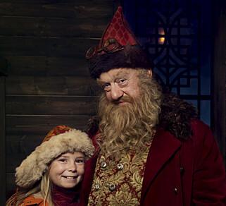 MØTES: I nisselandsbyen Snøfall møter «Selma» (Siri Skjeggedal) julenissen, «Julius» (Trond Høvik). Foto: NRK