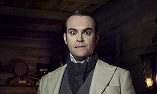 SEKRETÆR: Vidar Magnussen spiller karakteren «Winter», sekretæren til selveste julenissen. Foto: NRK