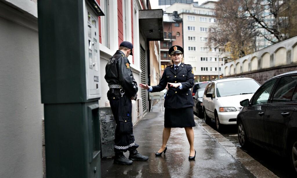 ULØST: Drapssaken fra 2002 er uløst på 14. året. Avdelingsleder Grete Lien Metlid og politibetjent Harald Frode Fredrickson står her på drapsåstedet i Nordal Bruns gate. Foto: Aftenposten / NTB Scanpix