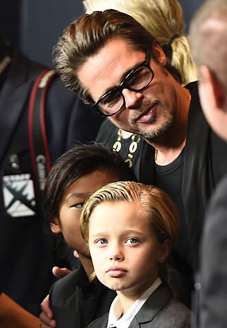 GLAD I BARNA: Brad Pitt er veldig glad i barna sine, men risikerer å ikke få feire Thanksgiving med dem i år. Her sammen med sønnene Pax Jolie-Pitt og Shiloh Jolie-Pitt. Foto: Scanpix