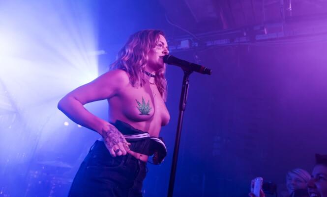 <strong>FEMINIST:</strong> Tove Lo er blitt kjent for sine oppsiktsvekkende opptredener. Her står hun på scenen i forbindelse med en konsert i London tidligere denne måneden. Foto: Carsten Windhorst/WENN.com