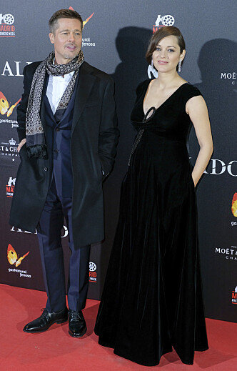 VISTE BABYMAGEN VED SIDEN AV BRAD: Brad Pitt og Marion Cotillard viste seg 22. november sammen på premieren til filmen «Allierte». Der viste Marion også stolt frem sin voksende babymage. Foto: Scanpix