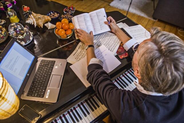 Moderne - og umoderne - hjelpemidler: Skal man lage en julehit i 2016, trengs diverse remedier. Ordbok, gamle noter til inspirasjon, pc, opptaker - og selvfølgelig clementiner og sjokolade.