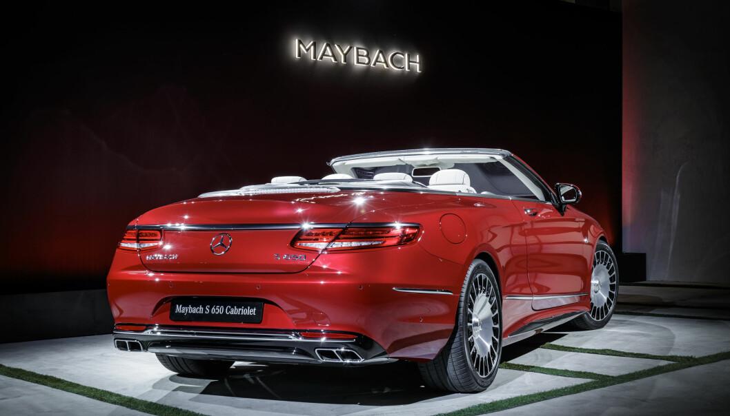 <strong>STRØKNE LINJER:</strong> Dette er utvilsomt mer elegant enn forrige Maybach-generasjon. Hekken har den spesielle desgnen som de nye kupéene og kabrioletene fra Mercedes er gjenkjennelige ved. Foto: Daimler