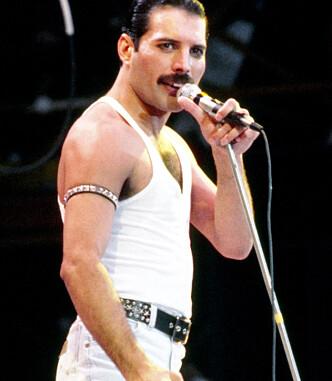 KJENT ANTREKK: Freddie Mercury slo ofte på stortromma når det gjaldt sceneantrekk. Dette, fra 1985, har blitt ett av de mest ikoniske gjennom tidene. Foto: NTB scanpix