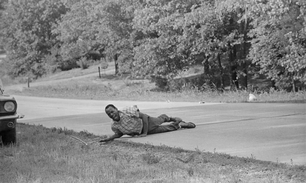 """USA-SKAM: 6. juni 1966 ble &nbsp;<span style=""""background-color: initial;"""">borgerrettsaktivisten, James Meredith, &nbsp;</span><span style=""""background-color: initial;"""">skutt på highway 51 i Hernando, &nbsp;</span><span style=""""background-color: initial;"""">Mississppi. Meredith var &nbsp;</span><span style=""""background-color: initial;"""">den første svarte studenten ved &nbsp;</span><span style=""""background-color: initial;"""">University of Mississippi i 1962. &nbsp;</span><span style=""""background-color: initial;"""">Han er forsatt i live i det som snart &nbsp;</span><span style=""""background-color: initial;"""">blir Trump-land. FOTO: NTB Scanpix&nbsp;</span>"""