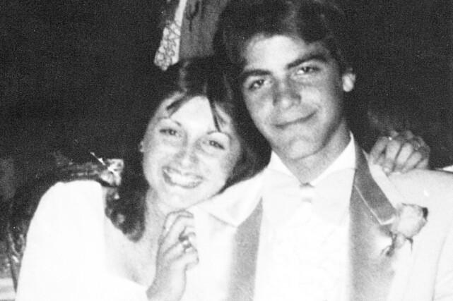 LURT BLIKK: George Clooney har vært en kvinnebedårer i flere år, og med dette skoleballbildet, er det ikke vanskelig å skjønne at han antakeligvis var det fra tidlig alder. Foto: Splash News