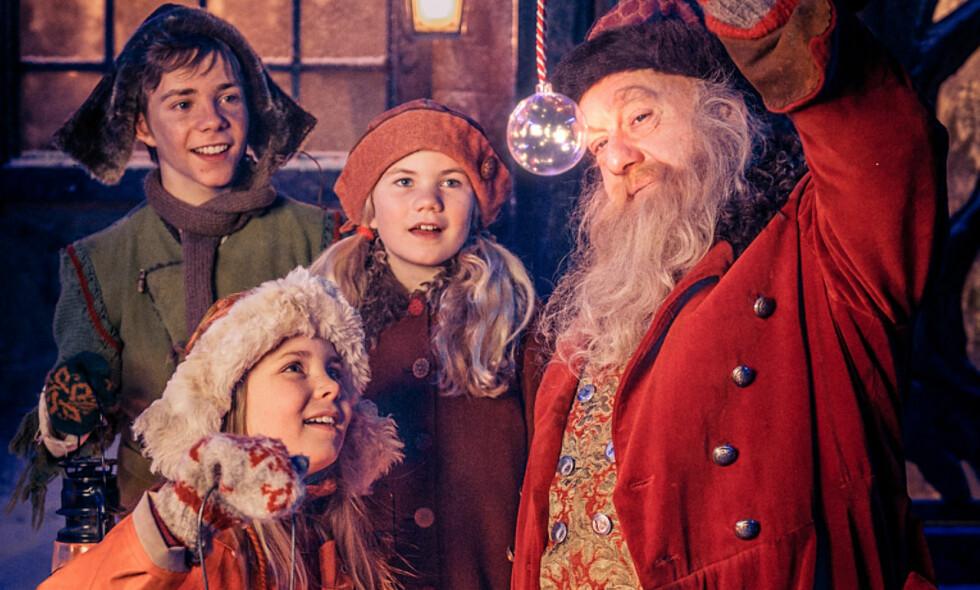 STEMNINGSFYLT: Pil (Kevin Haugan), Selma (Siri Skjeggedal), Frida (Charlotte Myrset) og Julius - selveste julenissen (Trond Høvik) i NRKs nye julekalender. Foto: NRK