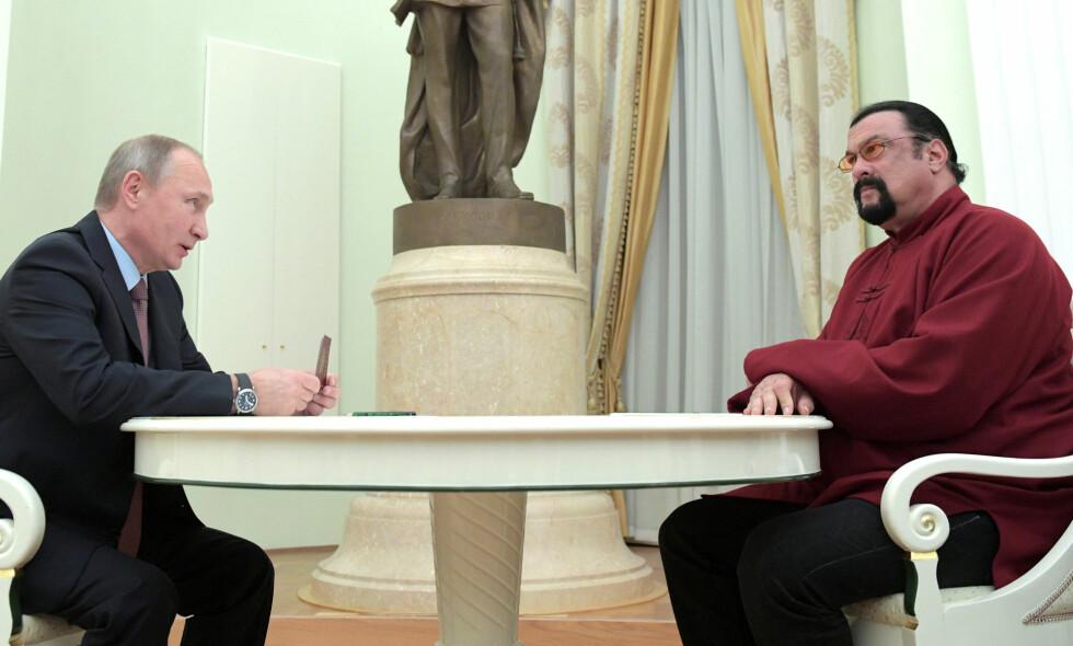 GODE VENNER: Russlands president Vladimir Putin viser fram det nye passet til den amerikanske skuespilleren Steven Seagal, under et møte mellom de to i Kreml i Moskva fredag. Foto: Sputnik/Kreml/Alexei Druzhinin/NTB Scanpix