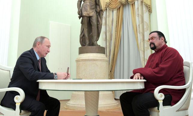 image: Her overleverer Putin et russisk pass til Hollywood-kjendisen: - Han er som en bror for meg