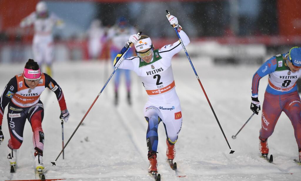 SEIRET I PREMIEREN: Stina Nilsson vant sprinten i Kuusamo og leder verdenscupen sammenlagt. Overraskende nok. <br>Foto: Anders WIklund / TT/ NTB Scanpix