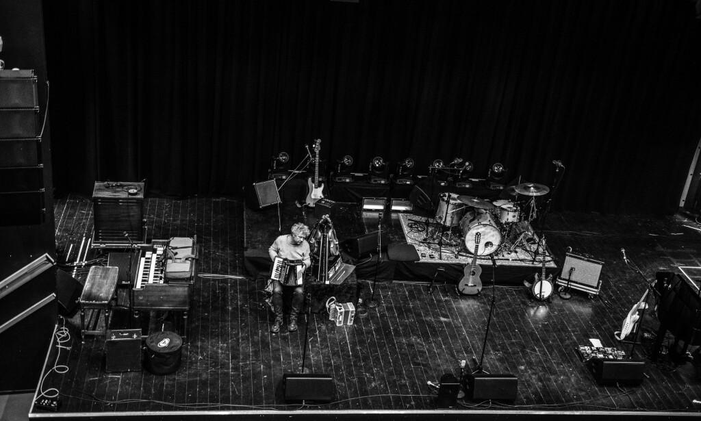 VAMP PÅ VEIEN: Solid fotobok viser bandet Vamp foran og bak scenen, signert frilansfotograf Edgar G. Bachel. Foto: Edgar G. Bachel