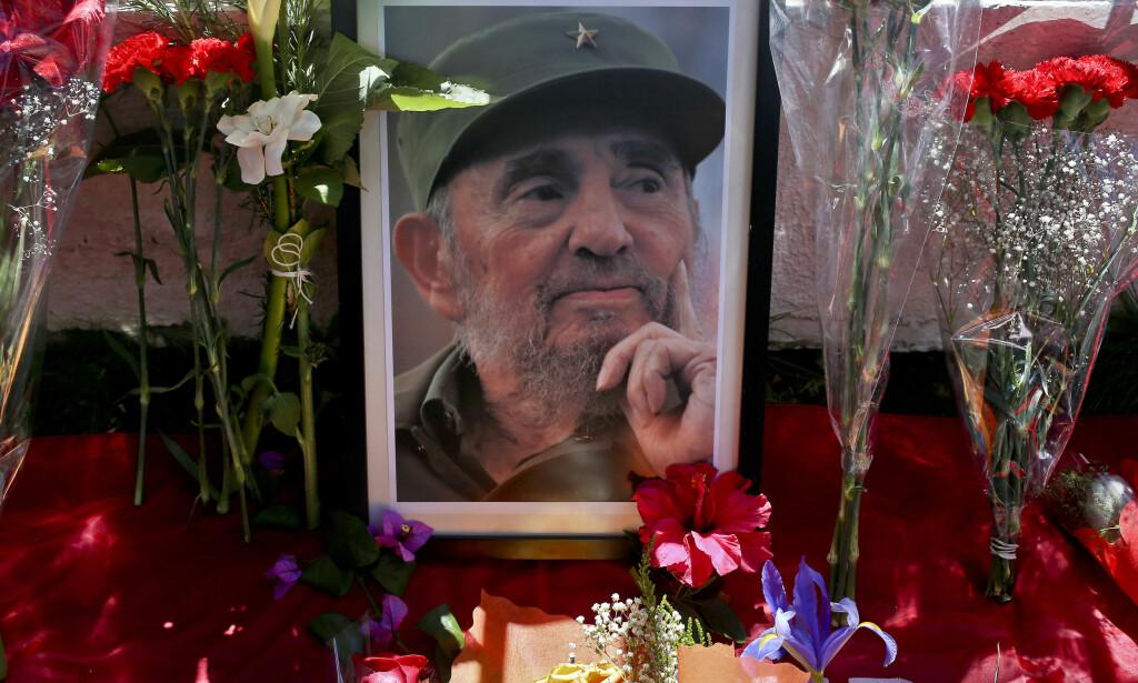 HISTORISK: Et bilde av avdøde Fidel Castro omringet av blomster utenfor Cubas ambassade i Santiago i Chile. Hans innflytelse i Latin-Amerika var stor. Først ved å slutte fred med Cuba har USA kommet på talefot med de andre landene i Latin-Amerika. Foto: AP / NTB Scanpix / Esteban Felix