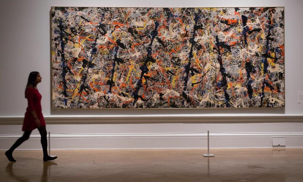 FRI I UTTRYKKET: For Jackson Pollock var det bare det abstrakte bildet som kunne fange det moderne livets kaos. Tilnavnet «Jack the Dripper» viser til teknikken med å dryppe og helle tyntflytende maling i tette rytmiske mønstre over liggende lerreter. «Blue Poles» (1952) er et av hans mest kjente bilder, som nå kan ses på Royal Academy.