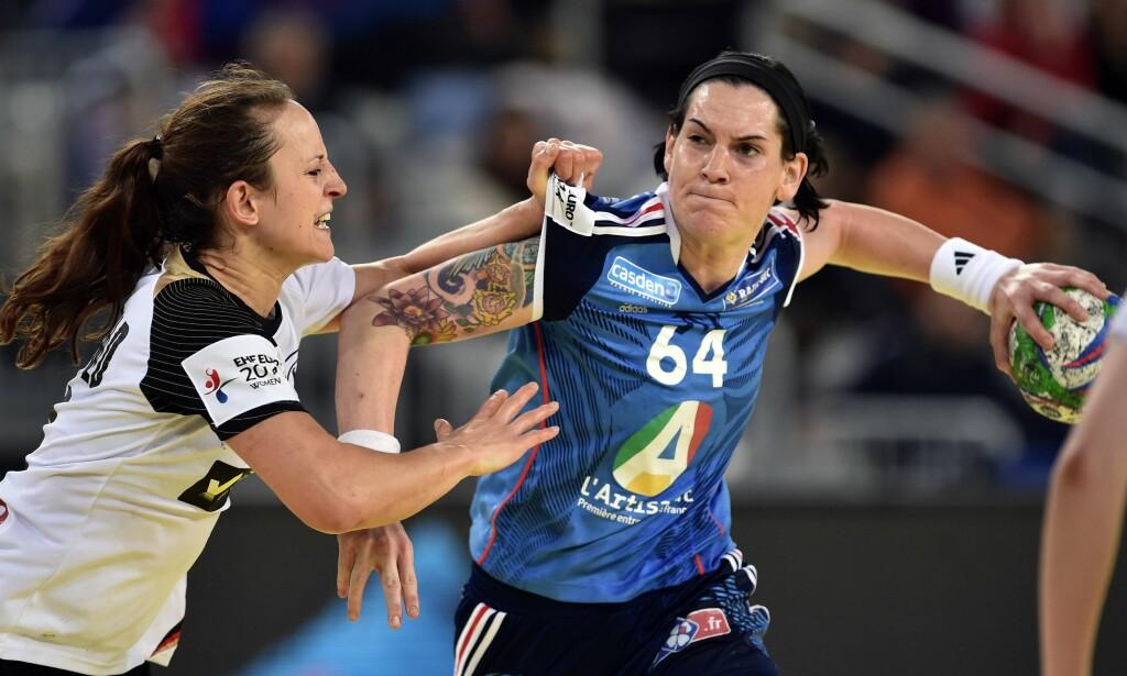 """KONTROVERS: EM-spillerne får ikke GPS-brikker på seg i håndballmesterskapet i Sverige. Men mållinjeteknologi skal hjelpe dommerne.  Dette bildet er fra omdiskutert kamp mellom Frankrike og Tyskland i 2014. Foto:<span style=""""background-color: initial;"""">&nbsp;AFP PHOTO / ANDREJ ISAKOVIC</span>"""