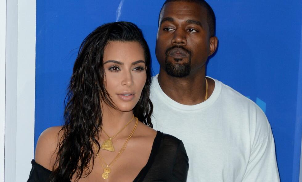 OMSORGSFULL: Ifølge UsWeekly har Kim Kardashian vært så godt som lenket til ektemannens sykehusseng etter at han ble innlagt forrige uke. Her er stjerneparet sammen på MTV Video Music Awards i slutten av august. Foto: Ivan Nikolov/WENN/ NTB Scanpix