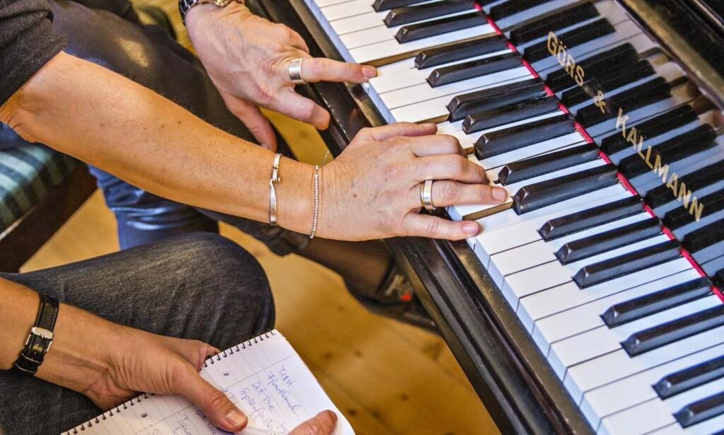 En pianohånd å holde i: Første og beste råd fra mentor Bjørnov: Send juryen på gangen øyeblikkelig. Dropp selvkritikken i første runde. Ellers får du ikke laget noe. Foto: Jørn H. Moen