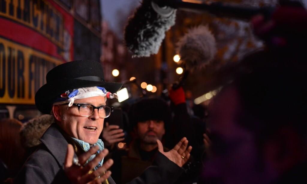 TALTE TIL PRESSEN: Undertøysentreprenør og sønn av avdøde Sex Pistols-manager Malcolm McLaren, Joe Corré, talte til publikum. Foto: NTB Scanpix