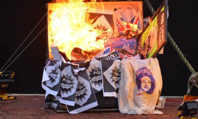 OPP I FLAMMER: Blant arvegodset som ble ofret til flammene var klær tilhørende bandmedlem John Lydon (Johnny Rotten), sjeldne plakater og musikalske liveopptak. Foto: NTB Scanpix
