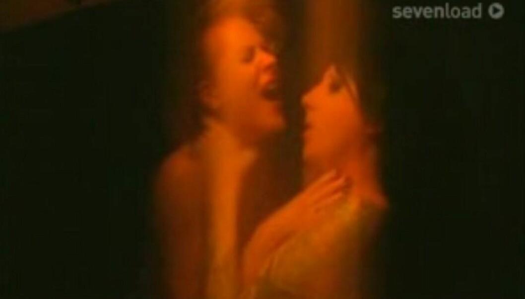 <strong>SJOKKERTE:</strong> I Marilyn Mansons musikkvideo til låta «Heart-Shaped Glasses» hadde Wood en rolle. I flere pikante scener tungekysser hun med rockestjerna.Foto: KL/WN USA, NTB scanpix&nbsp;