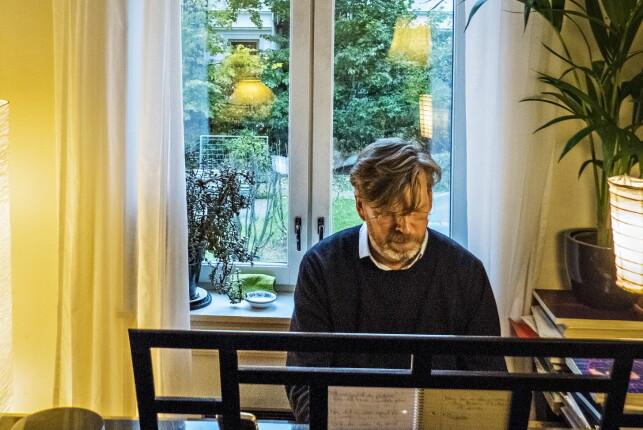 Sjokk og vantro: Etter 48 timer hadde Magasinets Eirik Alver faktisk laget en sang som både lot seg høre på - og synge! Skulle teorien om at enhver idiot faktisk kunne gjøre dette slå til? Foto: Jørn H. Moen