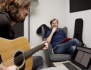 Vakre toner: Espen Ramsli Fredriksen trakterte gitar og var produsent. Komponisten var fornøyd. Foto: Agnete Brun