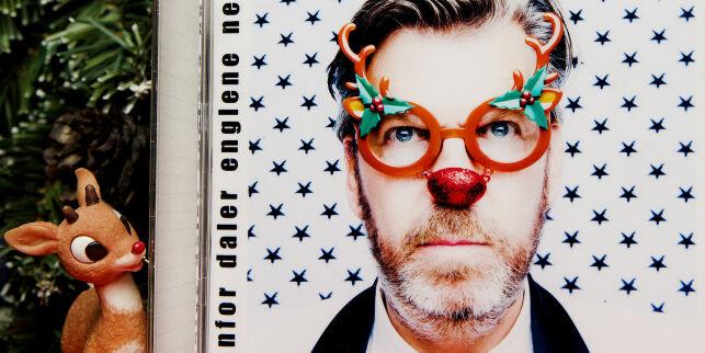 image: Er julesanger så klisjéfylte og banale at enhver idiot kan lage dem? Magasinets journalist Eirik Alver tok oppdraget.