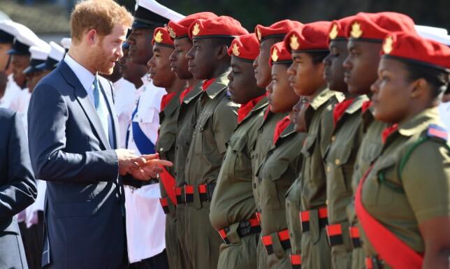ÆRESVAKT: Prins Harry inspiserer æresvakten under sin ankomst til St. Vincent. Foto: Scanpix