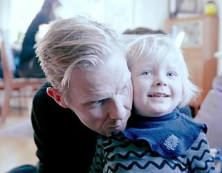 Pappa Joachim Norvik sammen med sønnen Isak (3). Foto: Privat