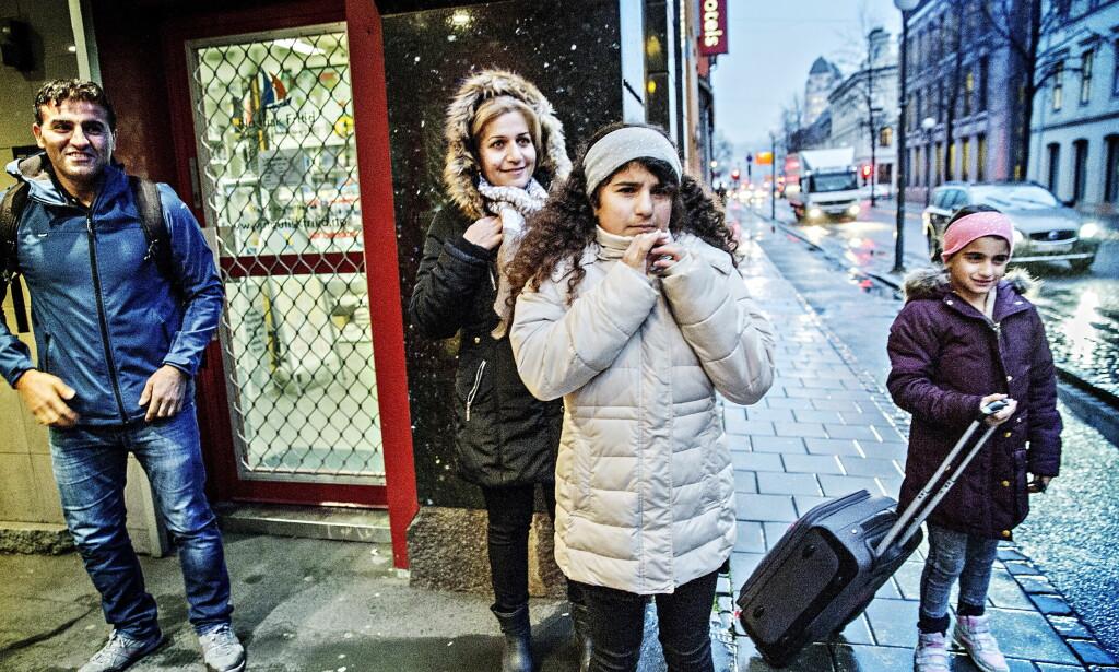 HÅPEFULLE: For ett år siden var Hawjin (t.v) og Nawjin (t.h) sammen med foreldrene Naser Alinejad og Nashmil Rasulpoor i Oslo fordi Utlendingsnemnda ønsket å sende familien til Iran av innvandringsregulerende hensyn. Familien tapte saken i Tingretten, men har anket til Lagmannsretten. Saken starter i neste uke. Foto: NINA HANSEN / DAGBLADET